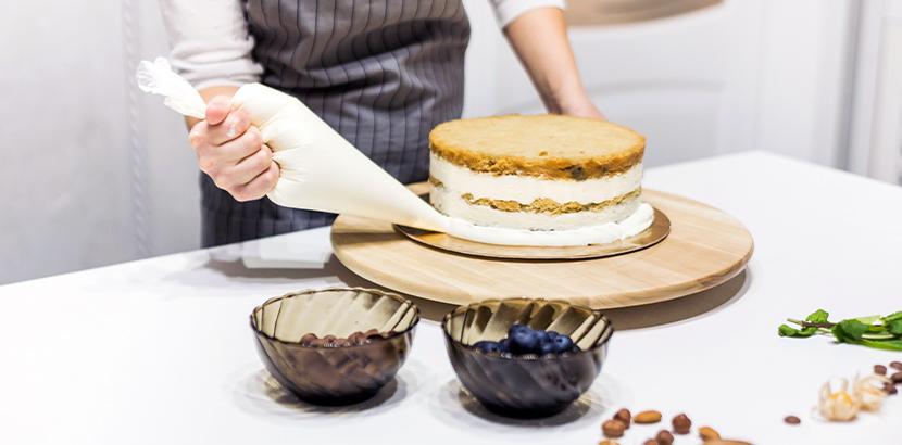 Hochzeitstorte selber machen: Ein Patisserie Chef bäckt eine Hochzeitstorte