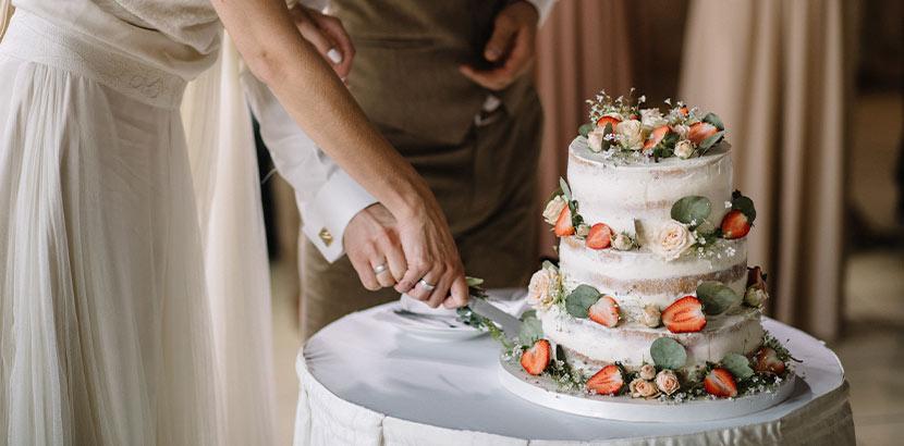 Hochzeitstorte bestellen: Naked Cake mit Beeren und Feigen