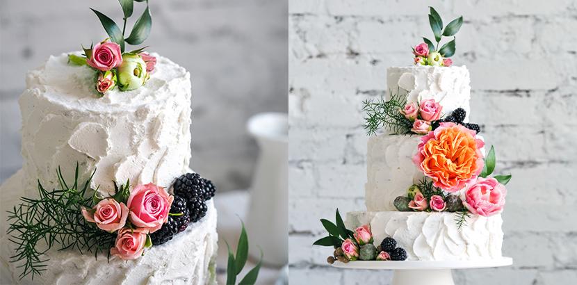 Hochzeitstorten mit grob gespachtelter Oberfläche und echten Blumen.