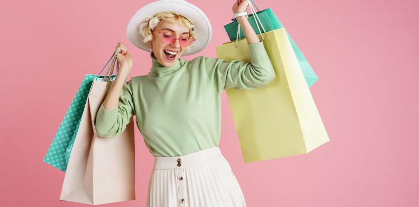 Junge glückliche Frau, die endlich wieder alle Farben tragen kann, weil sie sich die Schweißdrüsen entfernen hat lassen.