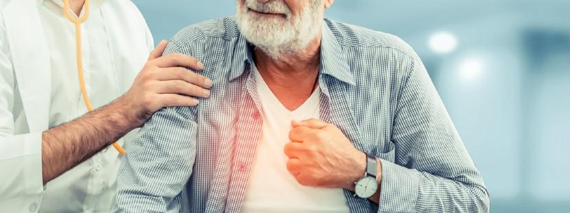 Allgemeinmediziner untersucht Brennen in der Brust