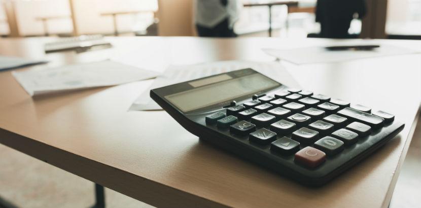 Steuerberater Linz: Ein Taschenrechner auf einem Tisch.