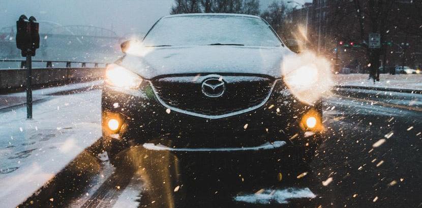Winterreifen auf nasser Fahrbahn