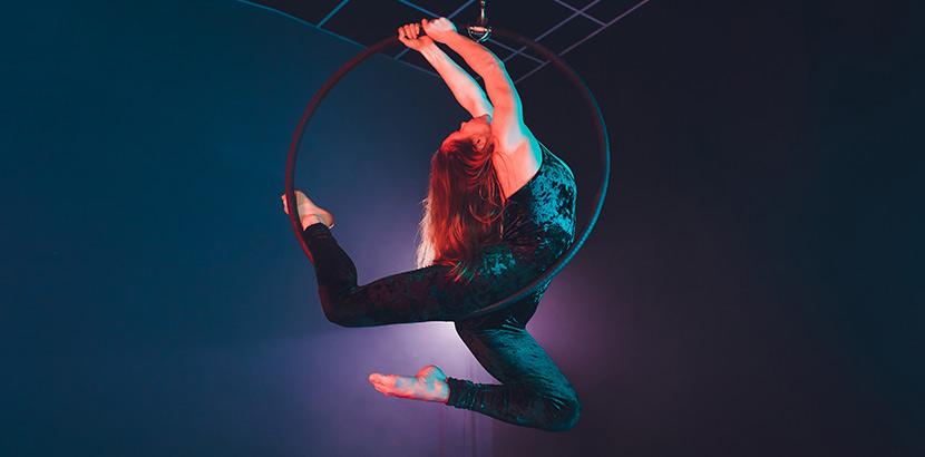 Aerial Hoop Wien: eine Frau vollführt Akrobatik an einem Aerial Hoop