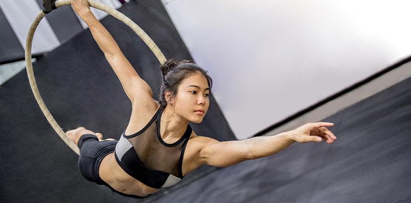 Aerial Hoop Kurs: Eine Frau hängt an einem Aerial Hoop Reifen