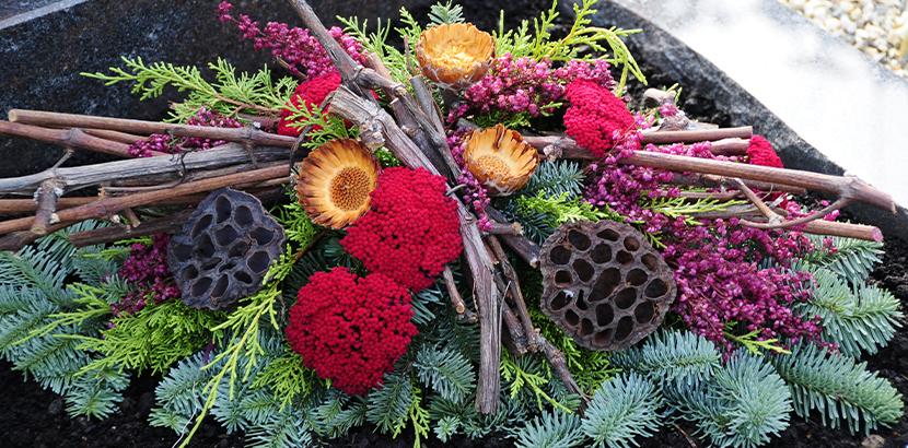 Allerheiligen Gestecke selber basteln: DIY Trauerfloristik mit Tanne, Fichte, Trockenblumen, Zweige