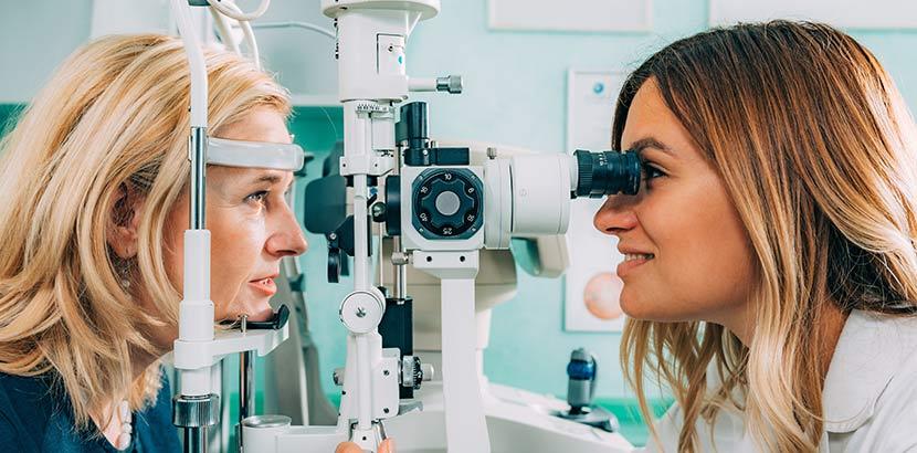Eine Augenärztin führt eine Augenuntersuchung bei ihrer Patientin durch. Augenarzt Graz.
