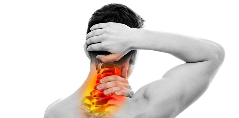 Junger Mann mit Schmerzen in der Halswirbensäule aufgrund eines Bandscheibenvorfalls