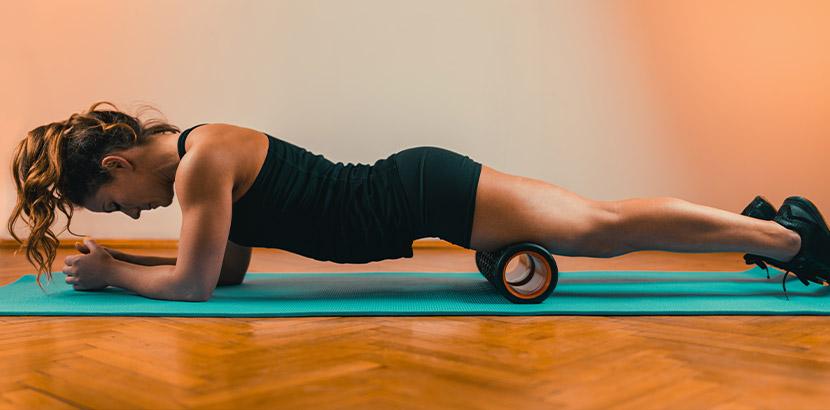 Eine Frau trainiert ihr Gewebe in einem Yogastudio ohne Laufzeit