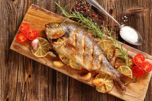 Köstlicher gebratener Fisch hübsch angerichtet in einem Fischrestaurant in Wien.