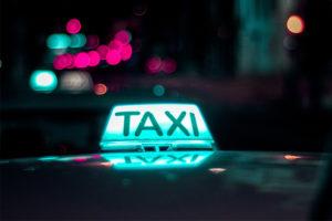 Türkis leuchtendes Taxi Schild von unsplash