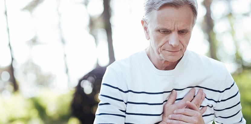 Alter Mann hat erhöhten Puls aufgrund eines Magnesiummangels