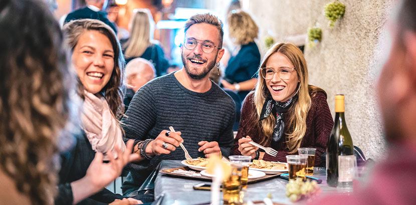 Familie mit jungen Leuten bei einer Familienfeier in einem Restaurant in Wien.
