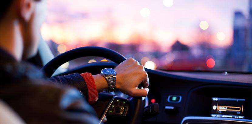 Taxifahrer beim Flughafentransfer