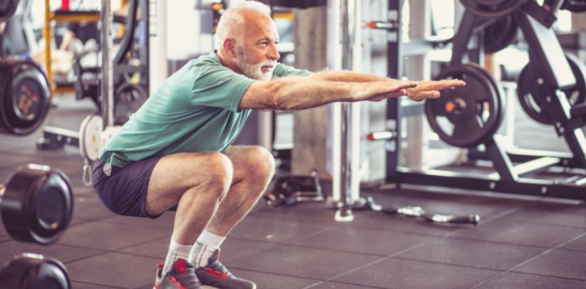 älterer Mann der mit Krafttraining einem Bandscheibenvorfall vorbeugt