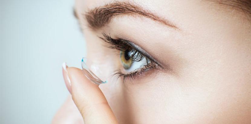 Frau setzt Haftschale in linkes Auge ein