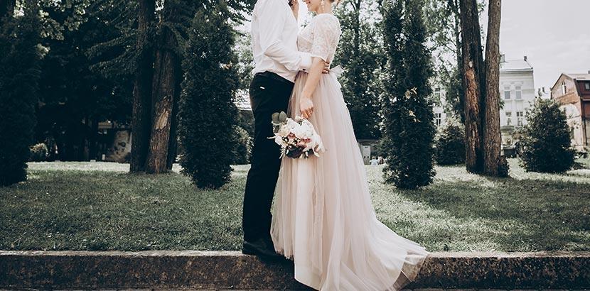 Hochzeitsplanung: Brautpaar mit Brautstrauß