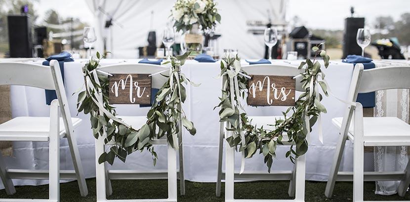 Hochzeitsplanung: Sessel auf Hochzeit mit Dekoration