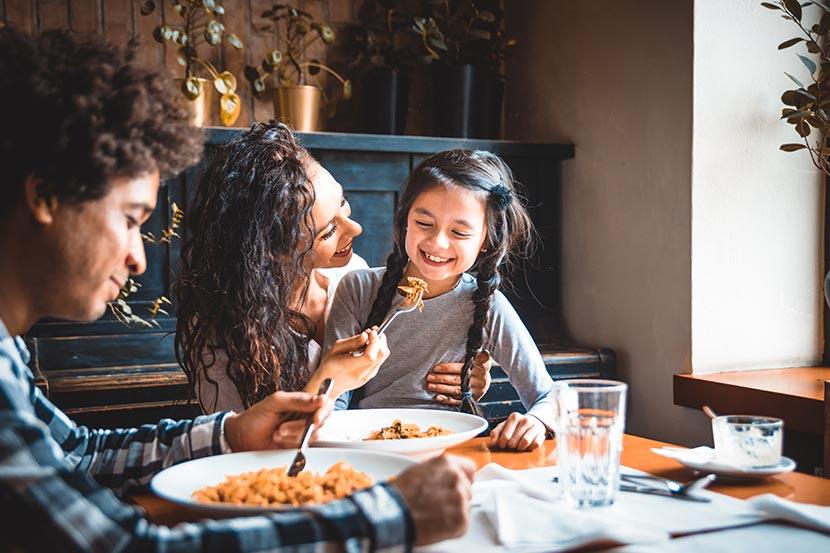 Kinderfreundliche Restaurants Wien: Familie isst mit Kind in Restaurant