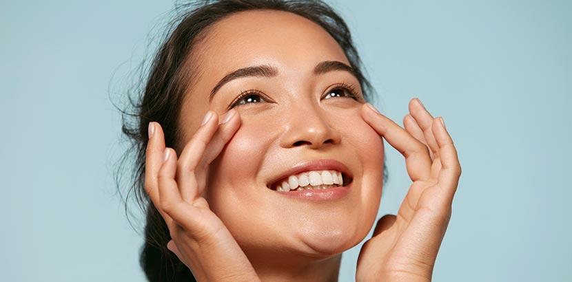 Mesotherapie: Frau mit strahlender Haut im Gesicht