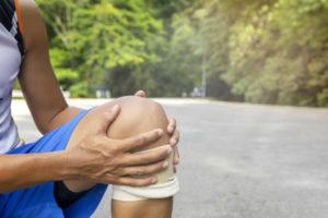Patellaspitzensysndrom: Sportler mit schmerzendem Knie
