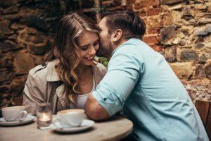 Frau und Mann auf einem Date in Wien
