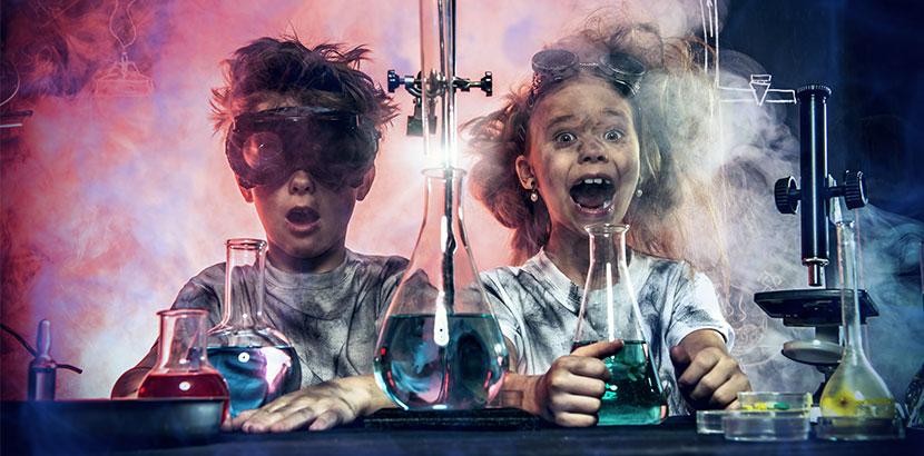 Experimentierkasten zwei Kinder im Labor