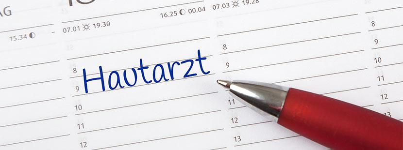 Hautarzt Termin, der mit einem roten Kugelschreiber im Kalender notiert wurde. Hautarzt Graz.