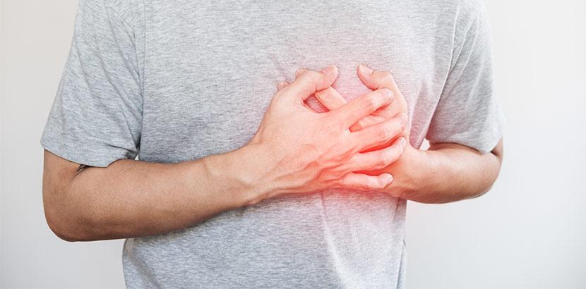 Ein erwachsener Kawasaki Patient, der sich ans Herz fasst. Kawasaki Syndrom
