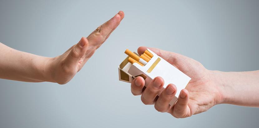 Eine ausgestreckte Hand, die eine Zigarette ablehnt. Rauchen aufhören