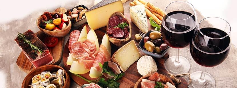Tisch mit Fleisch, Alkohol und Fertigprodukten, die den Säure Basen Haushalt durcheinanderbringen können.