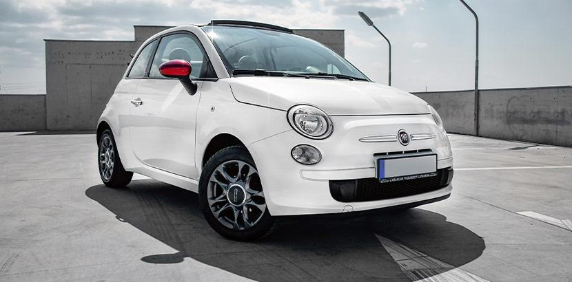 weißer Fiat mit roten Rückspiegeln
