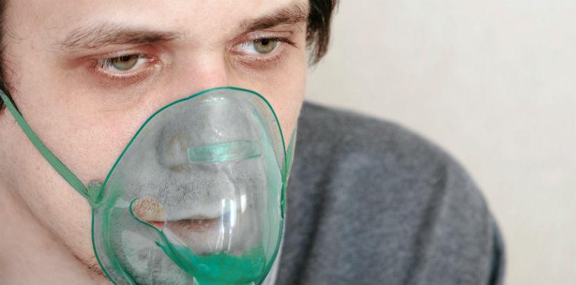 Ein Mann trägt eine Sauerstoffmaske.
