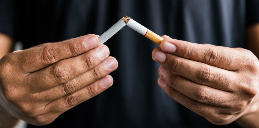 Lungenkrebs: ein Mann zerbricht eine Zigarette