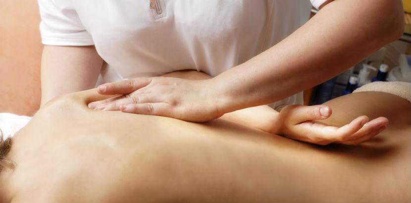 Massage Graz: Frau wird massiert