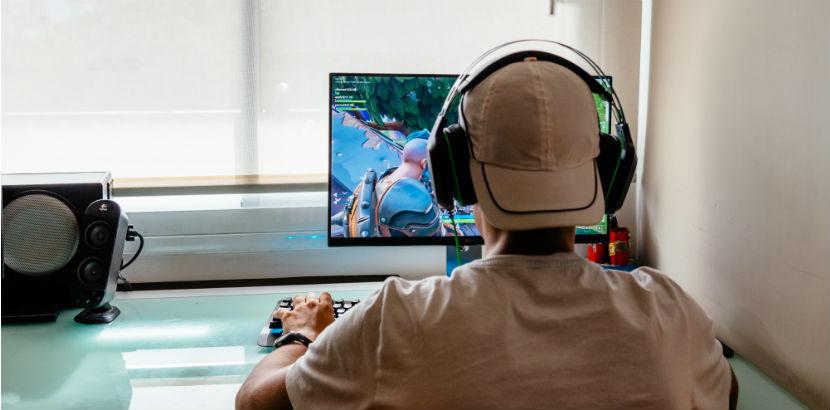 Spielsucht: Jugendlicher spielt Fortnite.