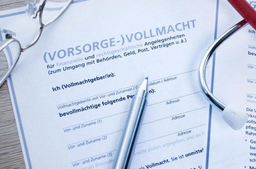 Eine gedruckte Vorlage für eine Vorsorgevollmacht, auf der eine Brille, ein Kugelschreiber und ein Stethoskop liegen.