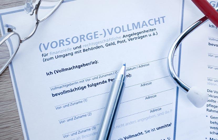 Gedruckte Formulare mit Logo auf der eine Brille, ein Kugelschreiber und ein Stethoskop liegen.