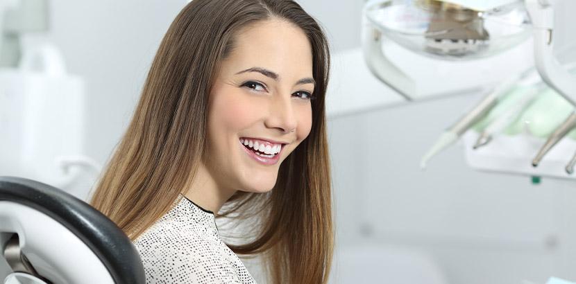 Eine Frau bei einem Zahnarzttermin auf English.