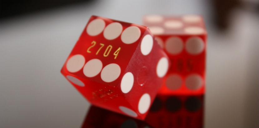 Spielsucht: zwei rote Würfel
