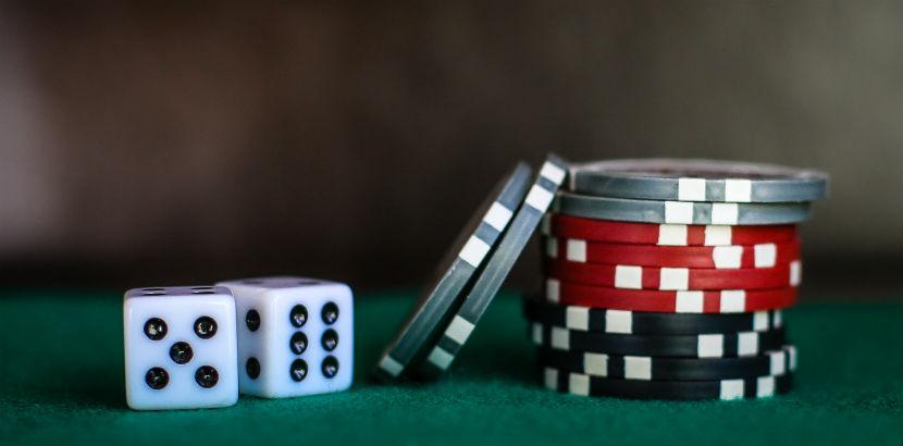 Spielsucht: zwei Würfel und Jetons