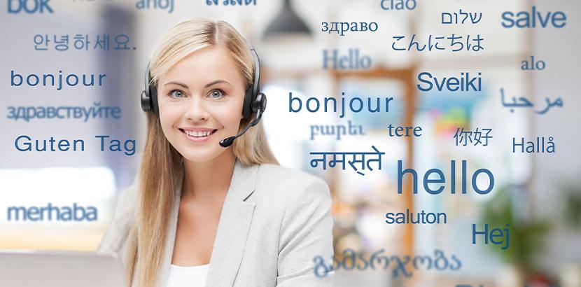 Eine lächelnde Frau mit Headset, um die das Wort Hallo auf Englisch, Französisch, etc. abgebildet ist.