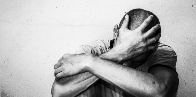 Alkoholsucht: ein verzweifelter Mann