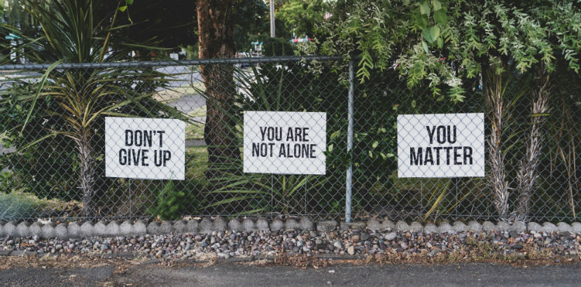 Alkoholsucht: Schilder auf einem Zaun