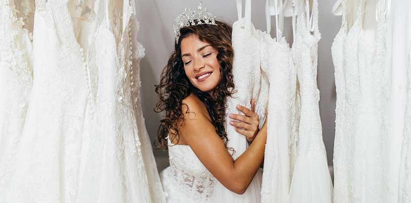 Hübsche junge Braut, die sich ein Brautkleid aussucht. Brautkleid Wien.