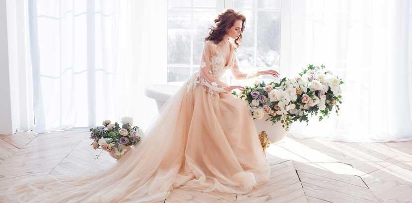 Wunderschöne junge Braut in einem rosafarbenen Brautkleid. Brautkleid Wien.
