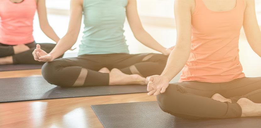 3 Frauen machen Yoga an Mädelsabend