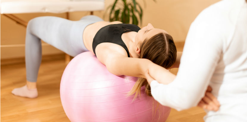 Physiotherapie Graz: eine Frau auf einem Gymnastikball