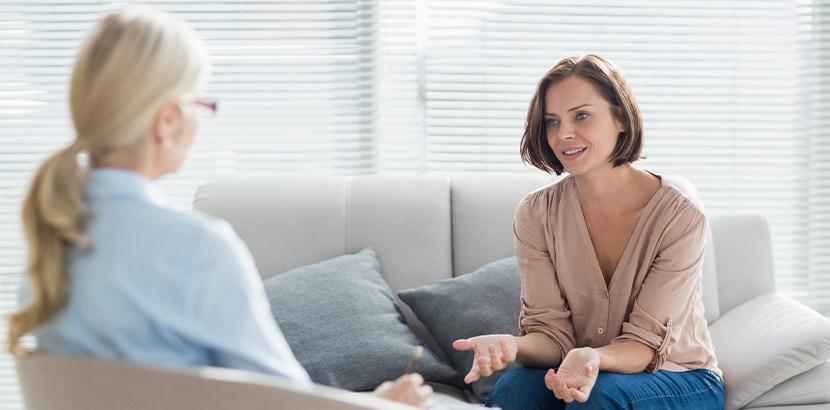 Eine Frau spricht in der Einzelsupervision mit ihrer Supervisorin.