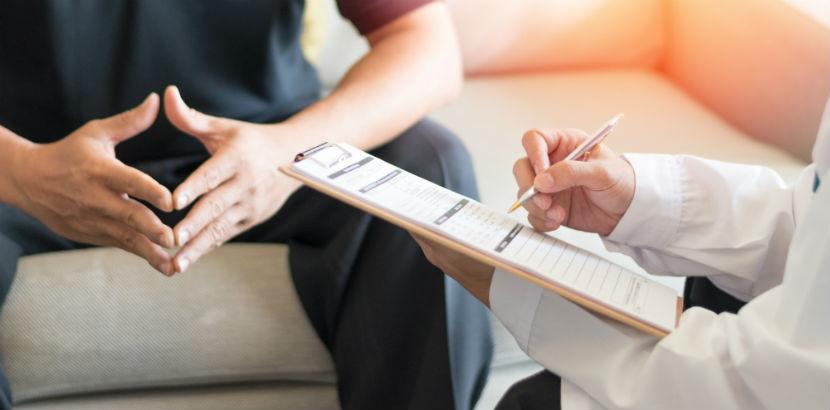 Syphilis Test: ein Mann konsultiert einen Arzt
